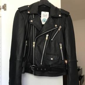 Sælger denne jakke i ægte skind fra SbR Copenhagen. Jakken har aldrig været brugt og er stadig med prismærke. Ny pris var 2000 kr. Jeg er åben for bud.