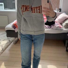 Vetements hoodie F/w 2016 ( en af deres første seasons) Str S Np ???? Gav 3500kr for den Så BYD Sidste billede viser et legit tjek på hoodien, da jeg intet OG har på den