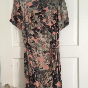 Varetype: Mini Farve: Lyserød Oprindelig købspris: 900 kr.  Super fin sommer kjole med drapering effekt foran..... brugt 2 gange, bytter ikke.....