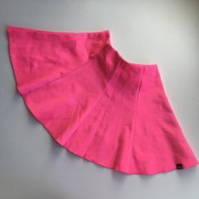 Pink nederdel til pige str 128. Se mere tøj til piger på profilen.