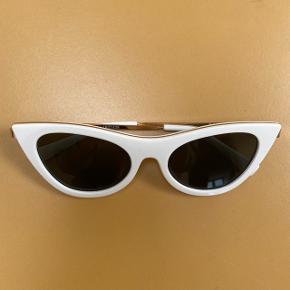 Solbriller fra Le Specs. Ingen ridser på glasset. Et par enkelte skrammer på stængerne.