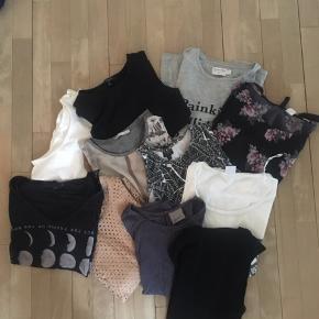 PAKKE 1 Sælger en masse af mit tøj, som jeg ikke bruger længere. Standen på tøjet varierer fra ny med prismærke til brugt, men godt.  Der er en del forskellige mærker, heriblandt ichi, pieces, Topshop, nakd, New look, Zara mfl.   Pakken indeholder:  T-shirts/toppe: 11 stk  Bluser: 10 stk Bukser: 6 par  Nederdele: 2 stk Shorts: 2 par  Sort buksedragt fra second female (dog i størrelse m, men kan godt passe en s)    Er villig til at snakke om prisen :)   Afhentes i Vejle hos mine forældre!