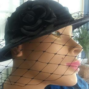 Sort vintage hat med blomst og slør. Til bryllup fest vintagemarket i Tivoli mm