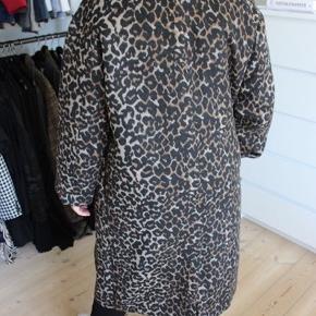 BYD. Brugt få gange. Fremstår som ny, men uden kvittering. Lækker oversized jakke. Kan både bruges til vinter- og overgangsjakke.