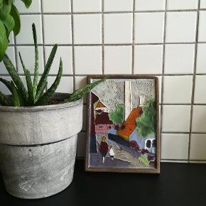 Endnu et smukt kakkelmaleri af Nis Skougaard. Måler 14,5x11cm. Der er et hak i højre hjørne, men det er på selve 'rammen', og går derfor ikke udover motivet.  Kan hentes i Nordvest, ellers kan jeg sende med DAO :)