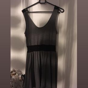 Fin, grå sommer kjole med sorte blonde detaljer, både i taljen men også på ryggen, købt engang fra ONLY i str M/38 men mærket er klippet ud.  Brugt en del men stadig i super god stand, uden brugsspor og lignende. Den er måske en anelse lille i størrelsen, kommer an på hvor stramt man ønsker den skal sidde, så også fin til en str. S/36.  Hvis den skal sendes, betaler køber fragt.  Mvh Betina Thy