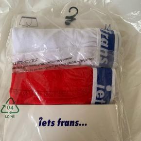 2 pack herre boxer shorts fra Iets Frans / UO i str. M. Et par hvide og et par røde med blåt logo waist kant. Model low rise trunks. Materiale og waist - se billede.