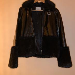 Envii lak og pels jakke med kæmpe lommer, der dækkes bag pelsen. Super fed jakke, dog aldrig brugt, da den er fået i gave og ikke lige er mig:)