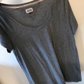 Grå Tommy Hilfiger t-shirt, næsten aldrig brugt højst 4 gange eller mindre. Np:250 Mp: 100 eller BYD!!