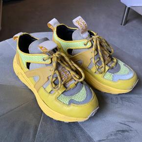 Sælger mine Ganni sneakers. De er en størrelse 37, men store i størrelsen, jeg er normalt selv en størrelse 38. Der er lidt tegn på slid ude på snuden af dem, men ellers er de i super god stand og er ikke gået specielt meget med.