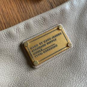 Fineste Marc By Marc Jacobs taske. Perfekt størrelse. Enkelte brugsspor, som vist på billederne.