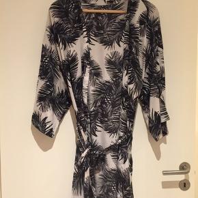 Fin kimono slå om kjole sælges billigt