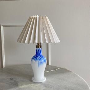 Royal Copenhagen Torino lampe i hvid og blå i glas. Lampefoden er i perfekt stand.   Højde med lampeskærm 34 cm Ø i bunden af lampefod 8 cm Diameter lampeskærm 24 cm