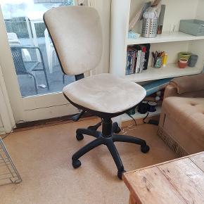 Kontor stolBrugt, men i god stand. Selger på grund af pladsmangel  Kom med bud Tjek også gerne mine andre varer ud:)
