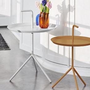 """SORT Hay """"Don't Leave Me"""" bord. Det er den lille størrelse, jeg har både brugt det som et lille sofabord og som et sengebord.  Det er gammelt - og har derfor ridser, men fordi det er sort syner det ikke."""