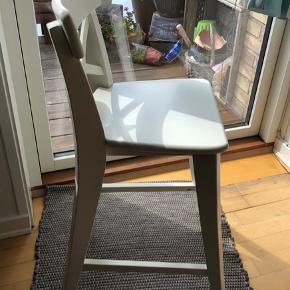 Super fin højstol fra Ikea. I rigtig fin stand 😊  Den er lavet i træ, og er tung/solid i det. Ikke sådan en' der lige vælter.  Den står hos mormor, og har kun været brugt når børnebørnene kom forbi.   Kan afhentes i Hvidovre efter aftale.   Afhentningspris: 160,- Nypris: 319,- se det sidste billede.  Se også mine andre annoncer:)