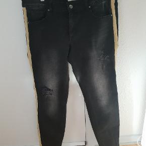Lækre boyfriend jeans med stribe ned af siden. Str er 29.  Giv et bud.