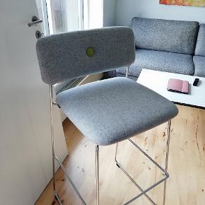 Jeg har 2 nye barstole Design/mærke: Dundra - blå station  Sidde højde: ca 80-82 cm Total højde: 107 cm  Sælges da vi pga. flytning ikke alligevel skal bruge dem. De har bare stået indpakket så standen er helt ny!   Stk prisen var 5700kr.  Sælges til 4700kr stk! Der kan gives en mindre afslag af prisen hvis man køber begge!  Skal afhentes i 8520 lystrup
