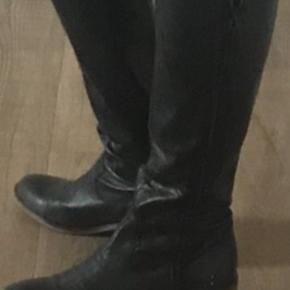 Støvler Farve: Grå/sort  Brugt ganske få gange.  4 cm hæl. En smule små i str.