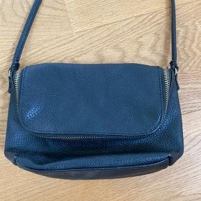 Lille taske med et stort rum og en lille lynlås lomme