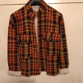 Strik jakke fra zara. Bruges også som cardigan. Aldrig brugt. Str. L. Men passer også en M