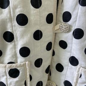 Super flot hjemmesyet jakke i kviltet stof!! Den har super fine diamantknapper og er i en str m-l🤠