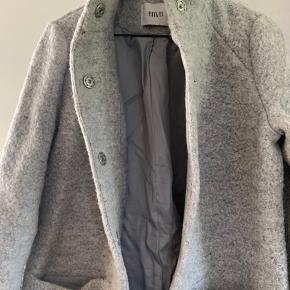 Super varm og flot frakke til vinter i uld/polyester med dejlig store lommer foran.  Brugt max 5 gange