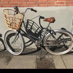 """Damecykel med original cykelkurv fra Velorbis. Den har lidt patina, men ikke noget af betydning.Jeg har selv købt den brugt, men leder efter en anden type cykel. Inden for den seneste tid har den fået sat ny støttefod på samt ny kæde og skærm.3 gear, 50 cm. stel, sølvgrå 28"""". Stelnummer: WVEL4713281 OBS: dækket på det ene baghjul er revnet en smule, så det trænger til at blive skiftet."""