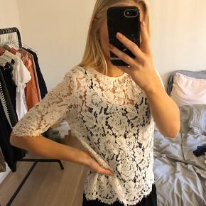 Hvid/råhvid blonde bluse med trekvartærmer. I str. 34. Fra Studio only