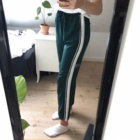 Straight bukser fra monki, sælges da de er blevet alt for korte til mig, jeg er 178🌸 de er brugt få gange og i perfekt stand  Kom med et bud