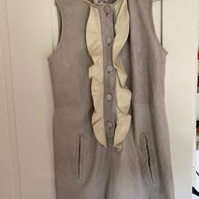 Kort skindkjole i lysgrå med flæser i råhvid