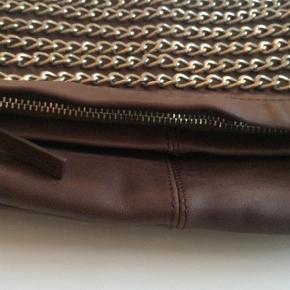 Varetype: Clutch Størrelse: One size Farve: Brun Oprindelig købspris: 2200 kr.  Flot Clutch i skind med rå detaljer. Aldrig brugt, så fremstår i perfekte stand.