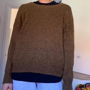 Blød og dejlig striktrøje i en fin brun farve. Købt for et par år siden, men den har næsten ingen brugstegn:)