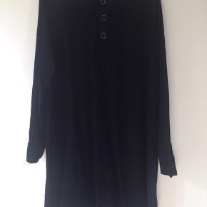 Lækker blød viskose kjole med store trykknapper ved halsåbning og manchetter. Super pasform - falder blødt. Længde 93, vidde 114.  #30dayssellout
