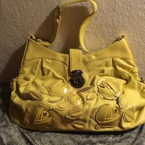 Til den lidt mere modige, flot gul taske med flere rum. 150 og billigere bliver den ikke  Køber betaler Porto
