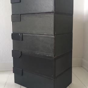 Arkivkasser, 5 stk., pris pr stk.: 125,-kr. Ved køb af 5 kasser: 500,-kr.  Mål: B 27,5cm D 40 cm H 14 cm  Kan afhentes på Nørrebro i Kbh.