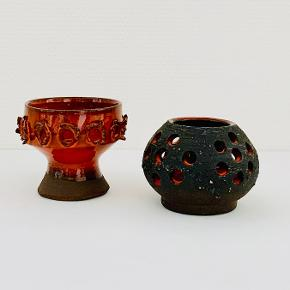 To skønne retro lysestager! Delvist glaserede i den dejligste dybe orange glasur, der giver et smukt modspil til den rå ler. Kugleformet:  Højde: 8 cm Diameter: 8 cm Opsatsformet: Højde: 8,5 cm Diameter: 9 cm