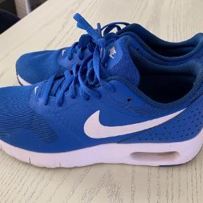 Varetype: Sneakers Størrelse: 37,5 Farve: Blå Oprindelig købspris: 900 kr. Prisen angivet er inklusiv forsendelse.  Modellen hedder nike air max tavas. Kun brugt få gange