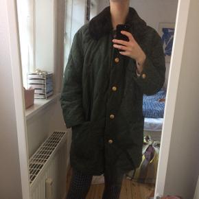 Fed grøn jakke med mørkebrun faux pelskrave sælges. På billedet bliver den båret af en størrelse small og er oversize, så den kan sagtens bæres af større størrelser også.