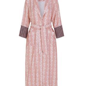 Notes du Nord Kia kjole Flot kjole som også kan bruges som kimono, i et meget smukt stof.  Stadig med prismærke  Prisen er ekskl. fragt og TS gebyr