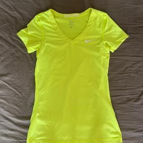 """Fede t-shirts fra Nike. På den hvide er der små huller, der udformer ordet """"Nike"""" på ryggen, super fin detalje.  50 pr t-shirt eller 100 for alle 3."""