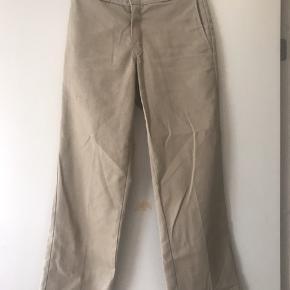 Sælger mine højt elsket dickies bukser, da jeg desværre ikke bruger dem mere.  de har et lille hul, som er blevet syet (kan ses på billederne) derfor er prisen kun 100kr