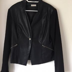 Lækker jakke fra Cha Cha 🌸rigtig pæn stand 🌸 imiteret læder med stof ærmer 🌸Mp 75kr 🌸