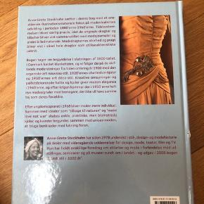 "Coffee table book - ""Tidens mode"" skrevet af Anne-Grete Steckhahn."