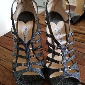 Fedeste Jimmy Choo stiletter, mega flotte. Sælger ud af min samling, kan ikke gå i så høje sko mere..