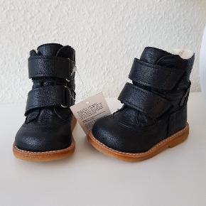 Angulus tex støvler.Str 20.  Helt nye. Sort, mørkeblå? Nypris: 950 kr  (Kassen til skoene mangler). Sender gerne mod betaling.