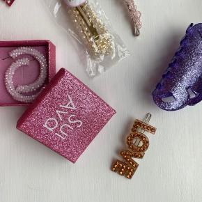 Fine accessories fra Sui Ava.   Sælges hver for sig eller samlet (god mængderabat gives) Bytter ikke.   Kan afhentes på Frederiksberg. :)