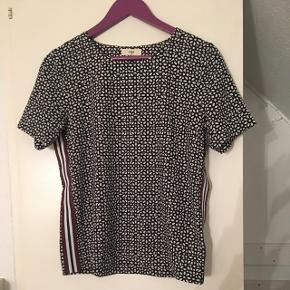 Bluse fra Envii sælges, da jeg ikke får den brugt.   Ny pris: 350 kr.  stand: 9/10   Har brugt den max fem gange, så den fejler absolut ingenting.
