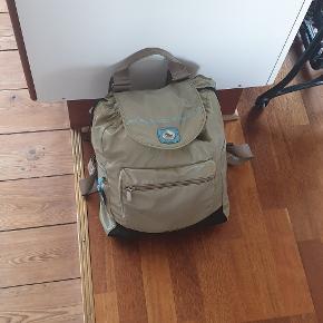 Rigtig lækker rummelig rygsæk fra Mandarina Duck. Højden ca 39cm bredden ca 30cm og dybde 14cm.  Er i fin stand, har været brugt
