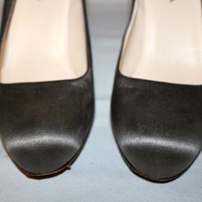 Stiletter i satin. Slank hæl: 11 cm. Der er små steder lidt slid på satinen, ikke noget der ses når stiletterne er på - pris sat derefter.